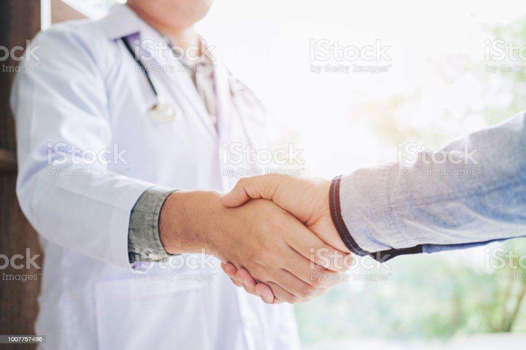 Zuversichtlich Arzt Händeschütteln mit Patienten sprechen im Krankenhaus – Foto