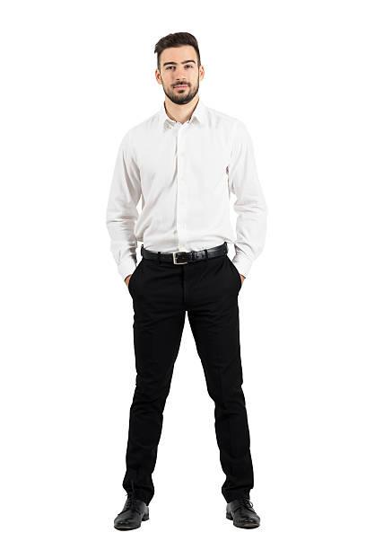 elegante homem de negócios confiante com as mãos nos bolsos - calça comprida - fotografias e filmes do acervo