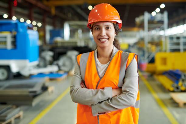 Zuversichtlich Fabrikarbeiter posiert – Foto