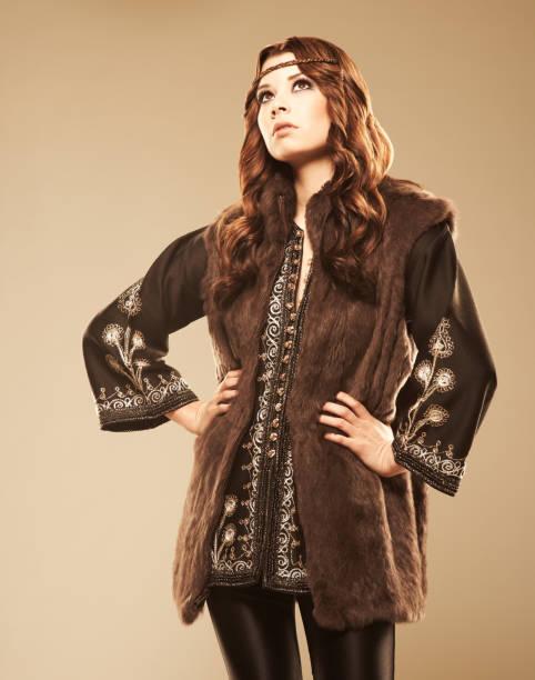 zuversichtlich mode model stehend mit händen auf den hüften - hippie kostüm damen stock-fotos und bilder