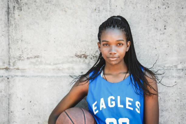 自信的女子籃球運動員舉行球 - 少女 個照片及圖片檔