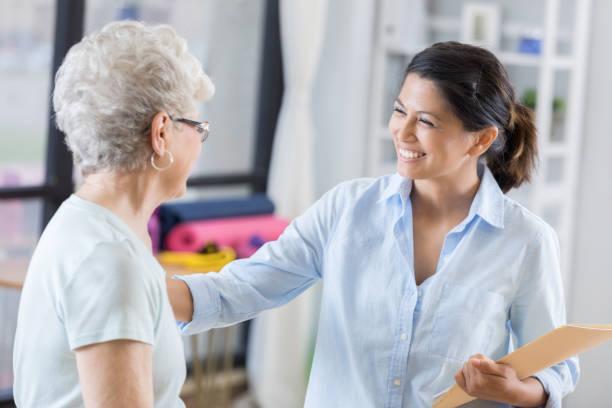 새로운 환자와 자신감 여성 지압 회담 - 대체 의학 뉴스 사진 이미지