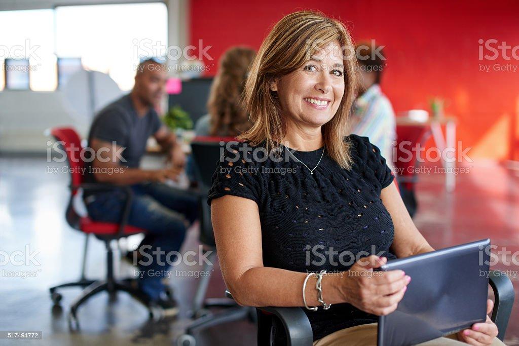 Zuversichtlich weibliche Designer arbeiten mit einem Digitaltablett in Rot - Lizenzfrei Arbeiten Stock-Foto