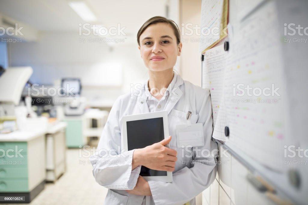 Zuversichtlich Ärztin hält digital-Tablette – Foto