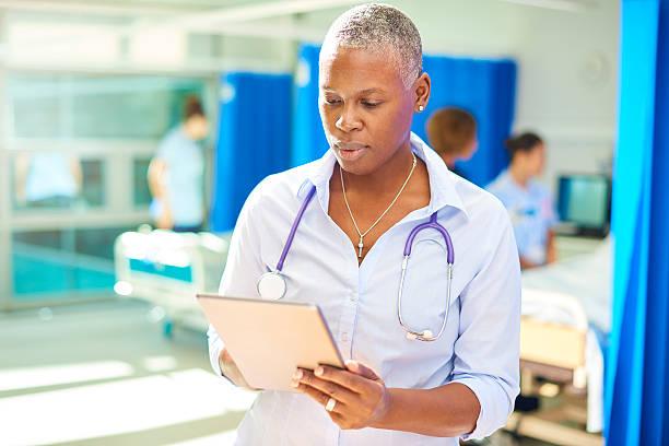 confident female hospital doctor - damen shirts online stock-fotos und bilder