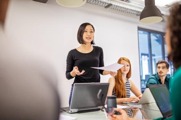 自信的女性專業與同事討論 - 女性 個照片及圖片檔