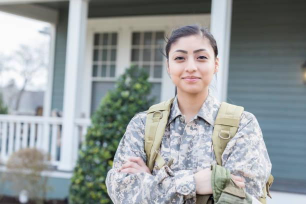 confident female soldier - forze armate foto e immagini stock
