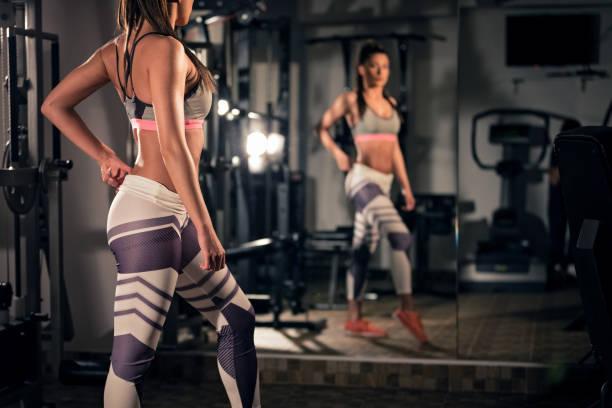 segura mujer fit en gimnasio - buenos culos fotografías e imágenes de stock