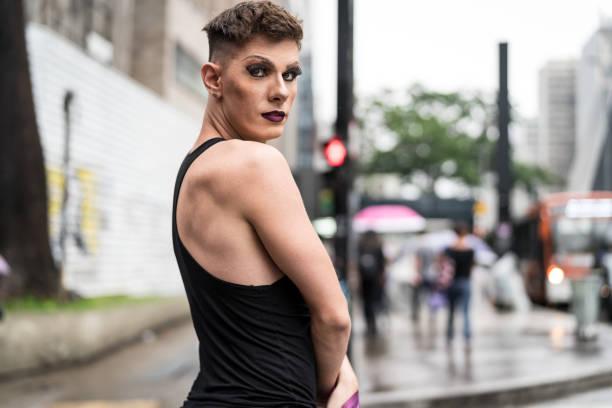 vertrouwen gay boy - mijn leven is mijn keuze - drag queen stockfoto's en -beelden
