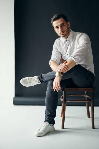 Zuversichtlich, gut aussehender Mann Porträt entspannen auf Stuhl – Foto