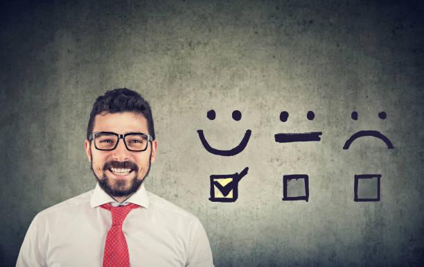Zuversichtlich glücklicher Geschäftsmann erhielt ein ausgezeichnetes Rating für eine Zufriedenheitsbefragung – Foto