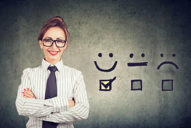 Vertraute glückliche Geschäftsfrau erhielt ein ausgezeichnetes Rating für eine Zufriedenheitsbefragung – Foto