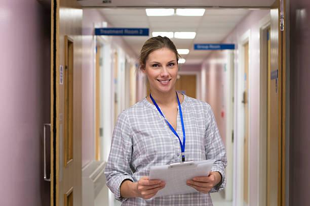 zuversichtlich gesundheitswesen professionelle - legere arbeitskleidung stock-fotos und bilder