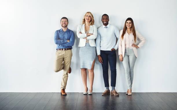 zuversichtlich, dass einzelpersonen ein zuversichtlich team bilden - lehnend stock-fotos und bilder