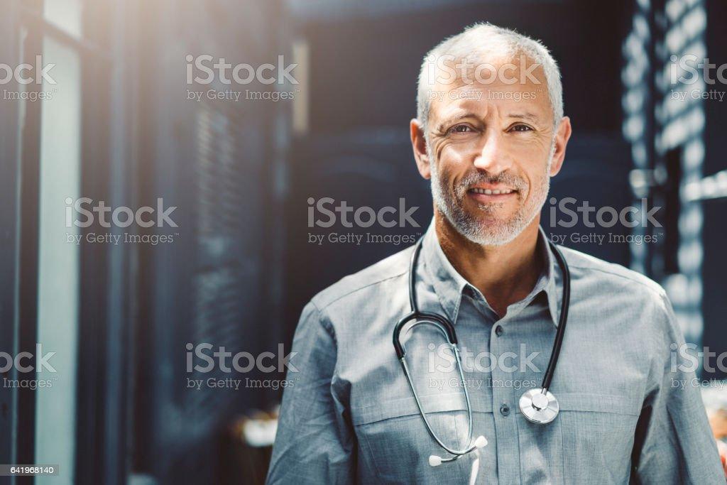 Zuversichtlich männlichen Arzt mit Stethoskop in Klinik – Foto