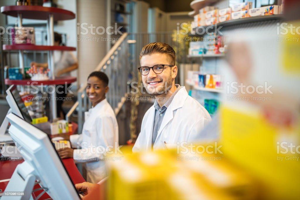 Zuversichtlich männlichen Apotheker arbeiten in Apotheke – Foto