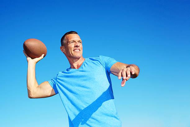 Confiant homme lancer Joueur de Football américain - Photo