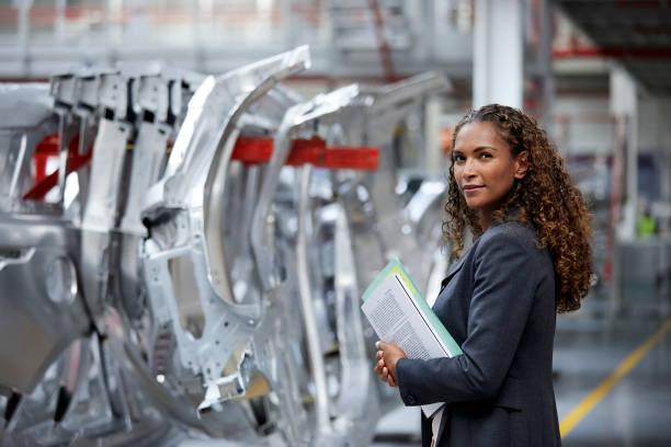 vertrouwen manager permanent door chassis in autofabriek - robot engineer stockfoto's en -beelden