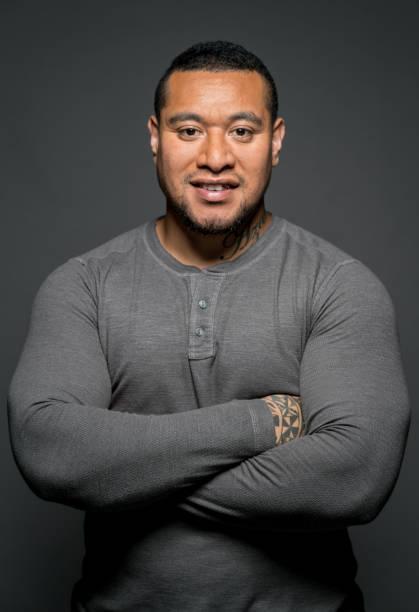 seguros de hombre maorí en un estudio - hombres grandes musculosos fotografías e imágenes de stock