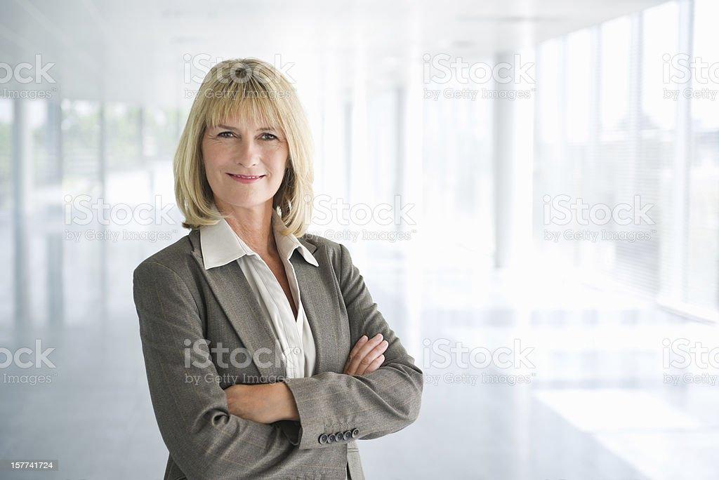 Femme d'affaire Mature confiant avec les bras croisés - Photo