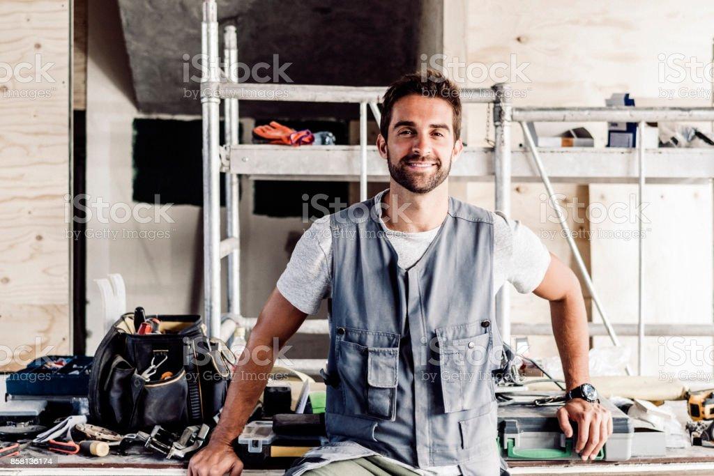 Zuversichtlich Mitte adult Mechaniker bei Auto-Werkstatt – Foto