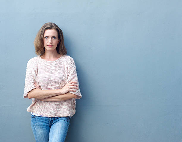 confiante meados mulher adulta posando com os braços cruzados - da cintura para cima - fotografias e filmes do acervo
