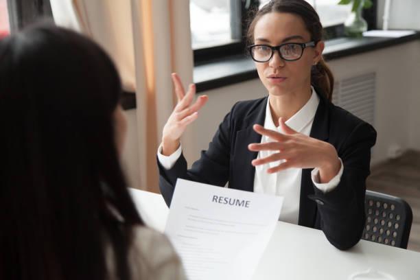 självsäker tusenåriga kvinnliga sökanden i glasögon talar på anställningsintervju - new job bildbanksfoton och bilder