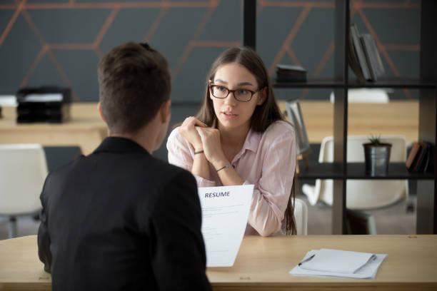 självsäker tusenåriga kvinnliga sökanden pratar på jobb intervju besvarar frågor - new job bildbanksfoton och bilder