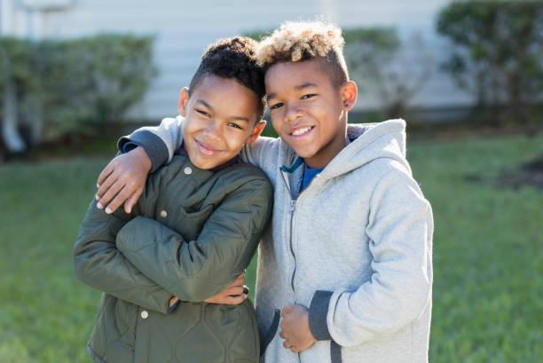 Zuversichtlich Mischlinge jungen Brüder beieinander stehen – Foto