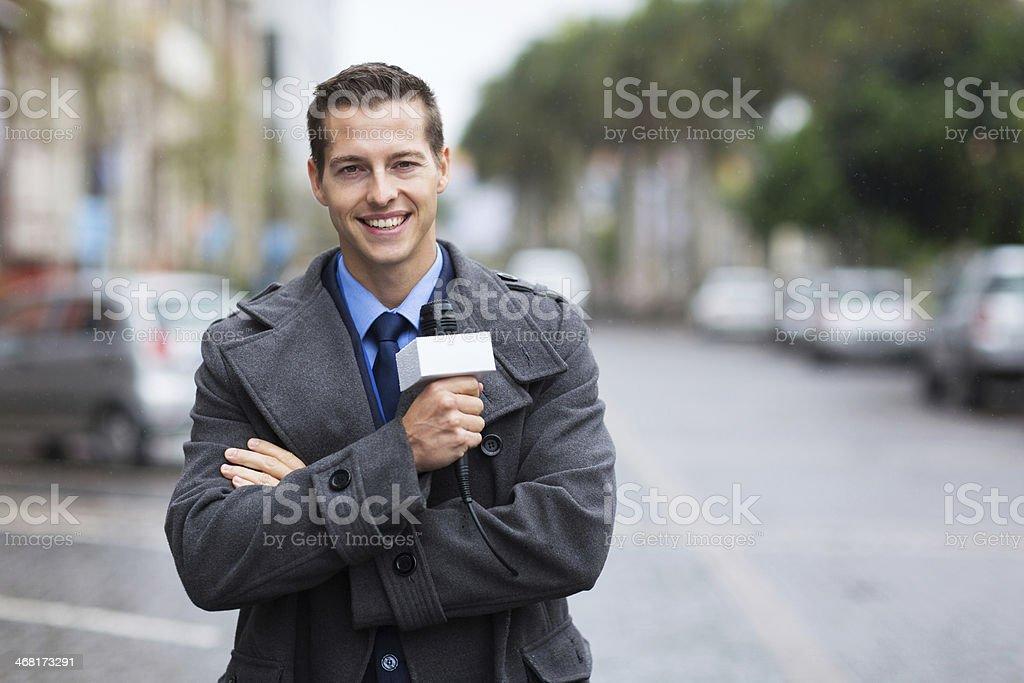Confiante notícias repórter ao ar livre na chuva - foto de acervo