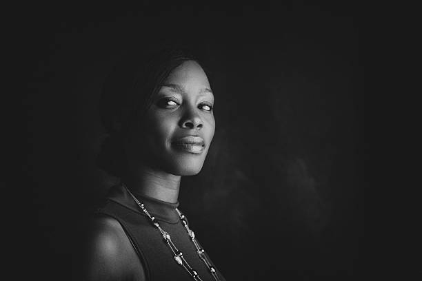 confident portrait of a black woman - monochrom stock-fotos und bilder