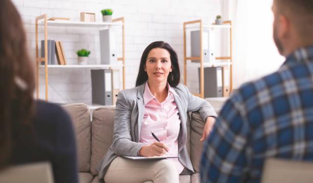 selbstbewusster psychologe bei der ehetherapie - frisch verheirateten beratung stock-fotos und bilder