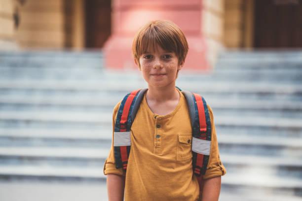 vertrouwen schooljongen op zijn eerste dag op school - jongen stockfoto's en -beelden