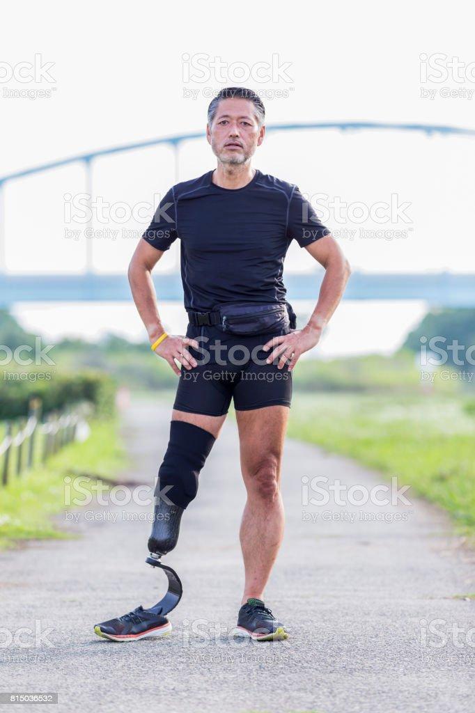 Zuversichtlich senior Sportler in die Kamera schaut – Foto