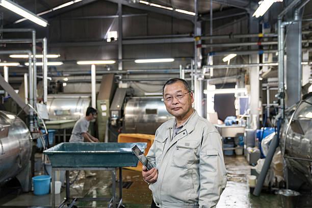大胆なシニア繊維産業マネージャーを持っているデジタルタブレット ストックフォト