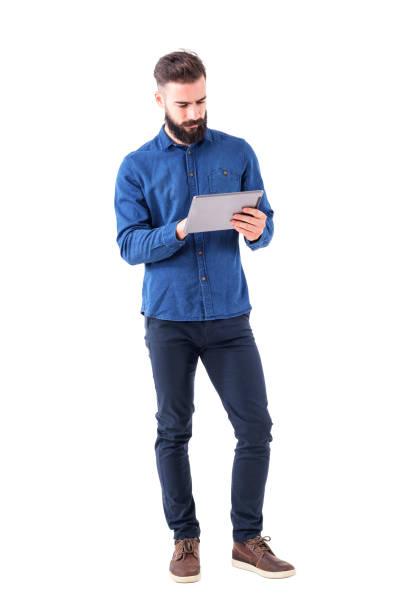 zuversichtlich bärtigen ernsthaften geschäftsmann touchscreen tablet pad - mann freisteller stock-fotos und bilder