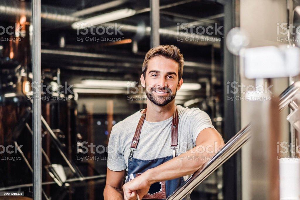 Zuversichtlich lächelnden Manager stehen durch Geländer – Foto