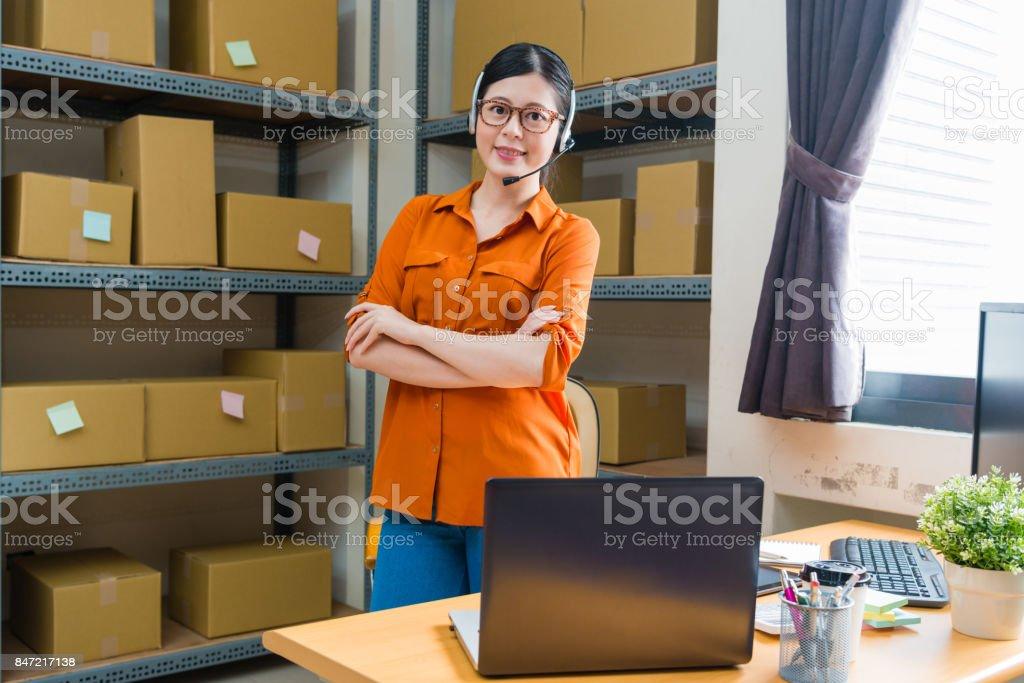 operador de mulher sorridente confiante usando fone de ouvido - foto de acervo