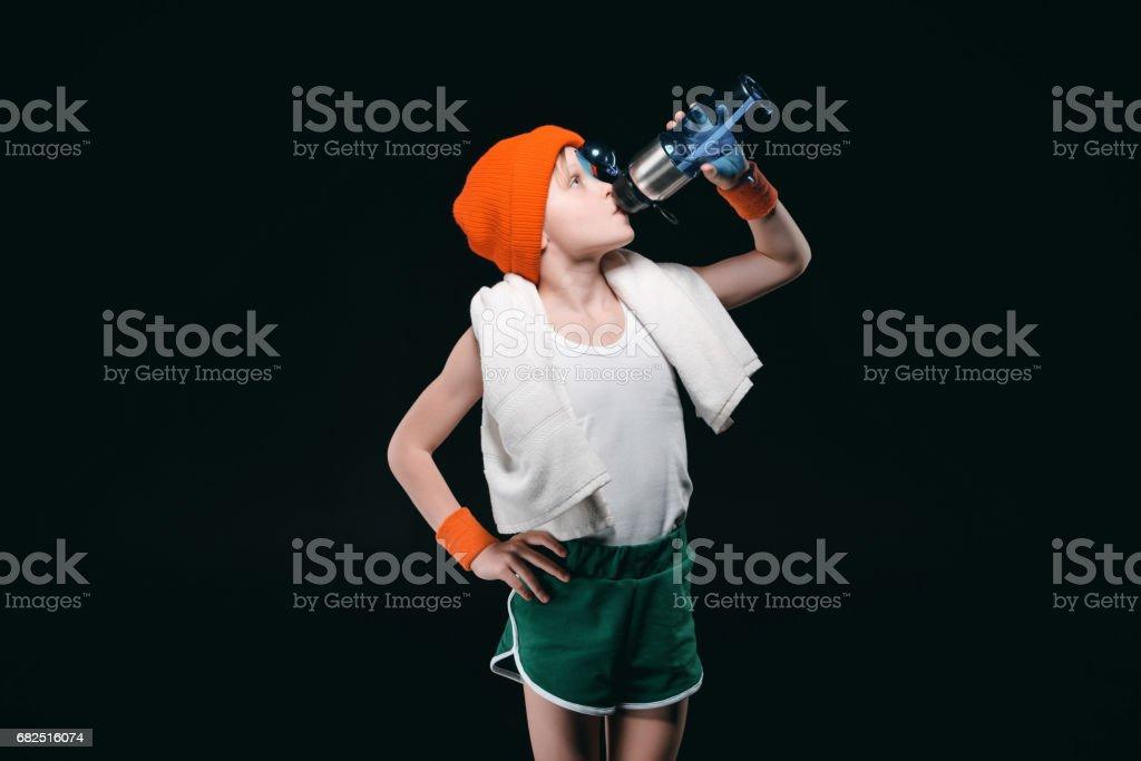 Seguro de niño deportivo con toalla en el agua potable cuello aislado en negro foto de stock libre de derechos