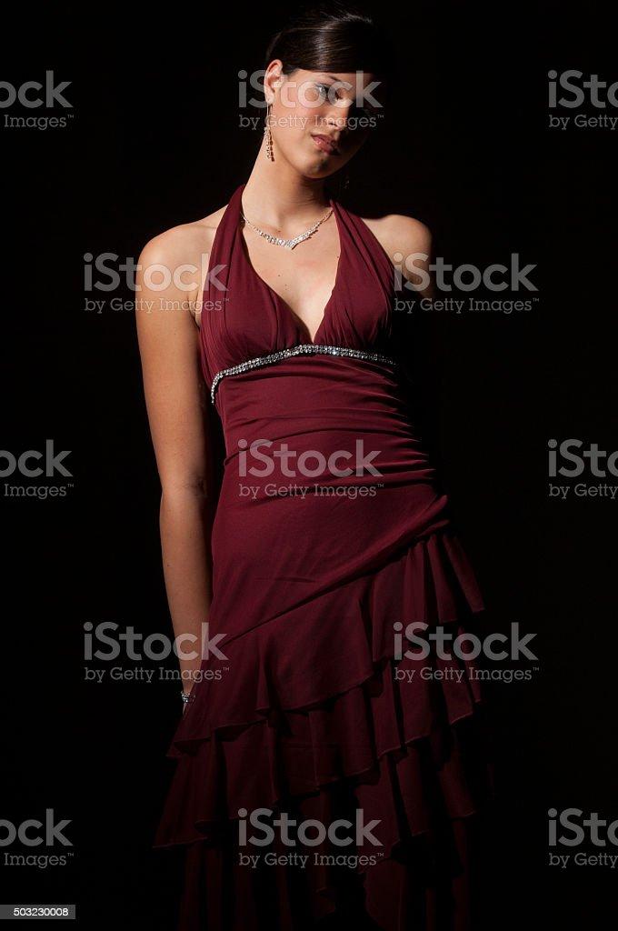 7a64056d70d Confiante adolescente em vestido marrom e diamante jóias foto royalty-free