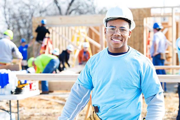 Zuversichtlich Freiwilligen vorarbeiter und Bau Arbeit Website – Foto