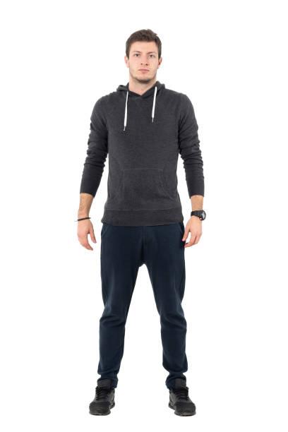 confident willigen jungen sportlichen mann in sportbekleidung blick in die kamera. - sweatpants stock-fotos und bilder