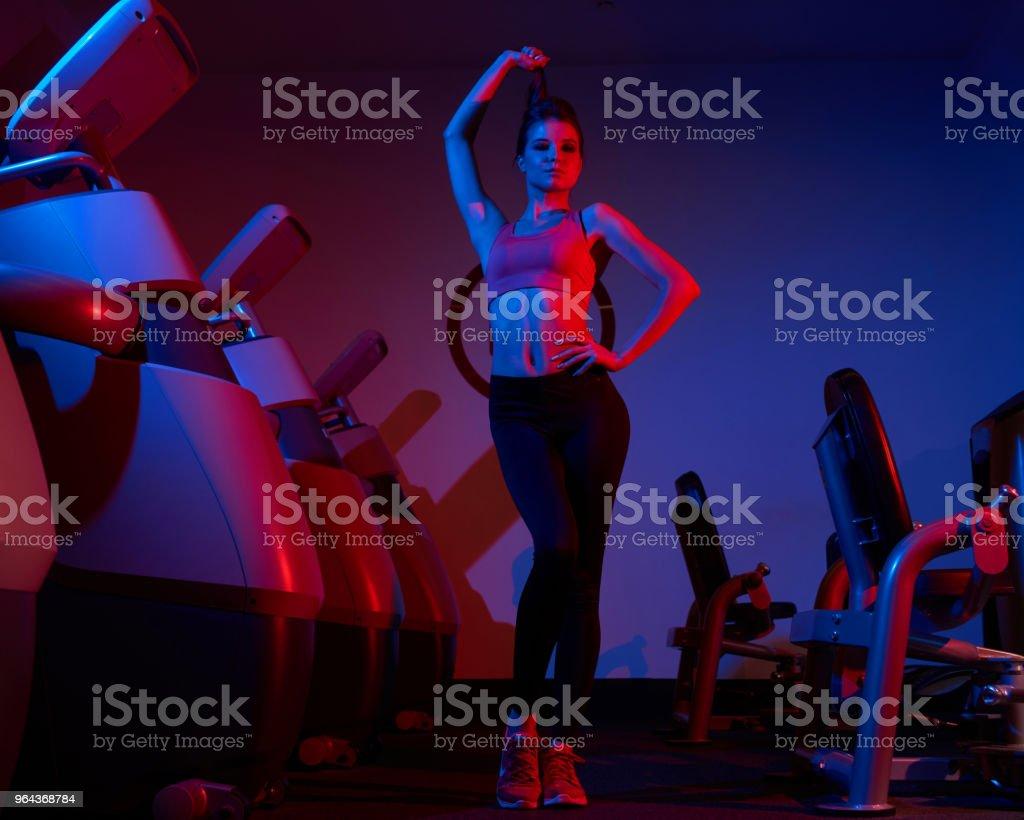 Mulher confiante posando no ginásio - Foto de stock de Adulto royalty-free