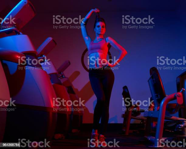Foto de Mulher Confiante Posando No Ginásio e mais fotos de stock de Adulto