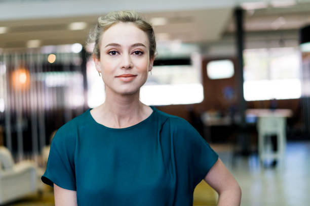 überzeugt junge geschäftsfrau, stehend im büro - 25 29 jahre stock-fotos und bilder