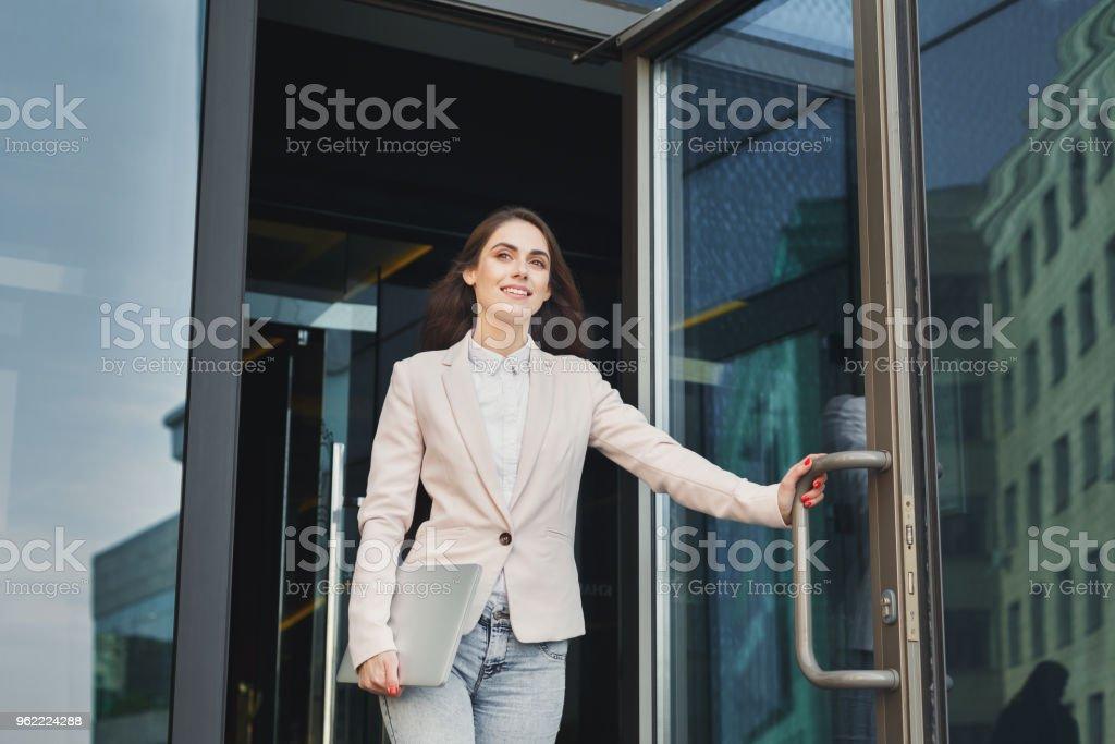 Femme d'affaires jeune confiant parler sur mobile - Photo