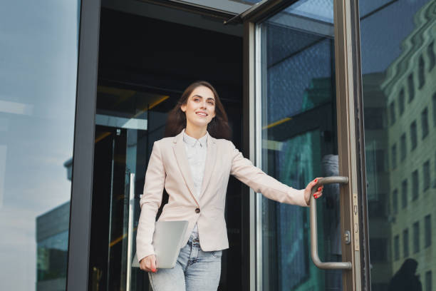 Confident young businesswoman talking on mobile - foto stock