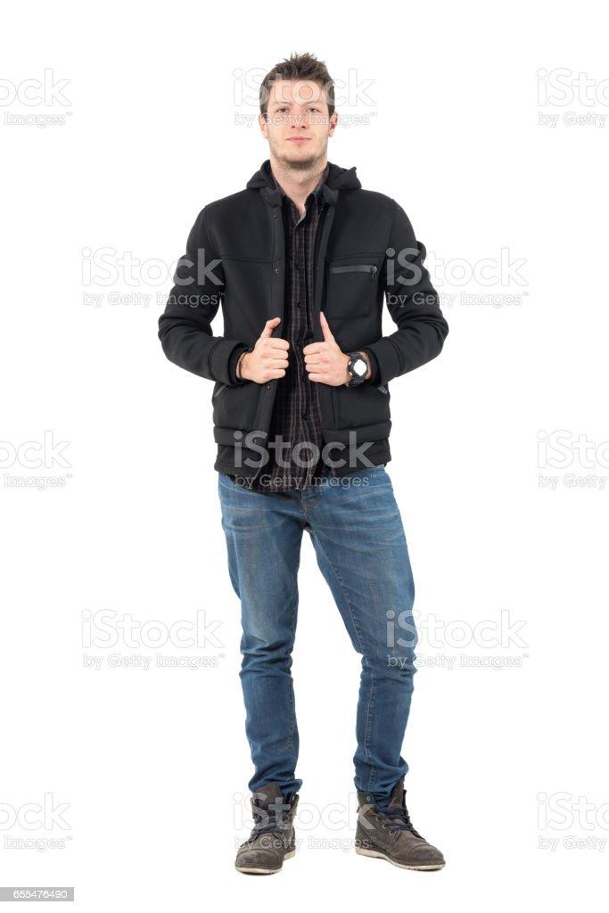 Confiant jeune mâle décontracté en jeans et veste d'hiver noir Hoodies - Photo
