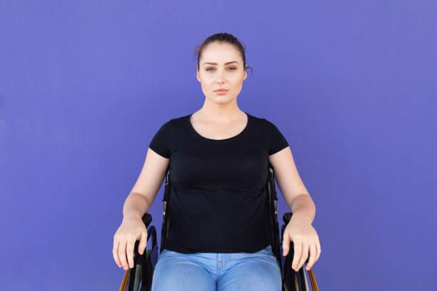 Självsäker ung handikappad kvinna i rullstol bildbanksfoto