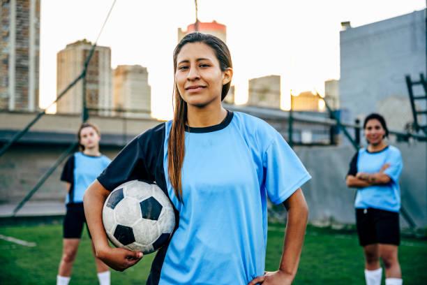 """男性として識別する自信に満ちた若いヒスパニックサッカー選手 - """"gender fluid"""" ストックフォトと画像"""